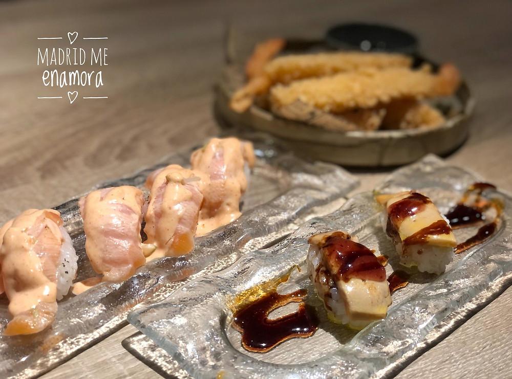 Nigiri de foie al fuego con mermelada de frutos rojos y Nigiri de salmón flambeado..
