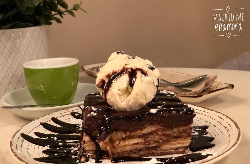 Tarta de chocolate con galletas y natillas.