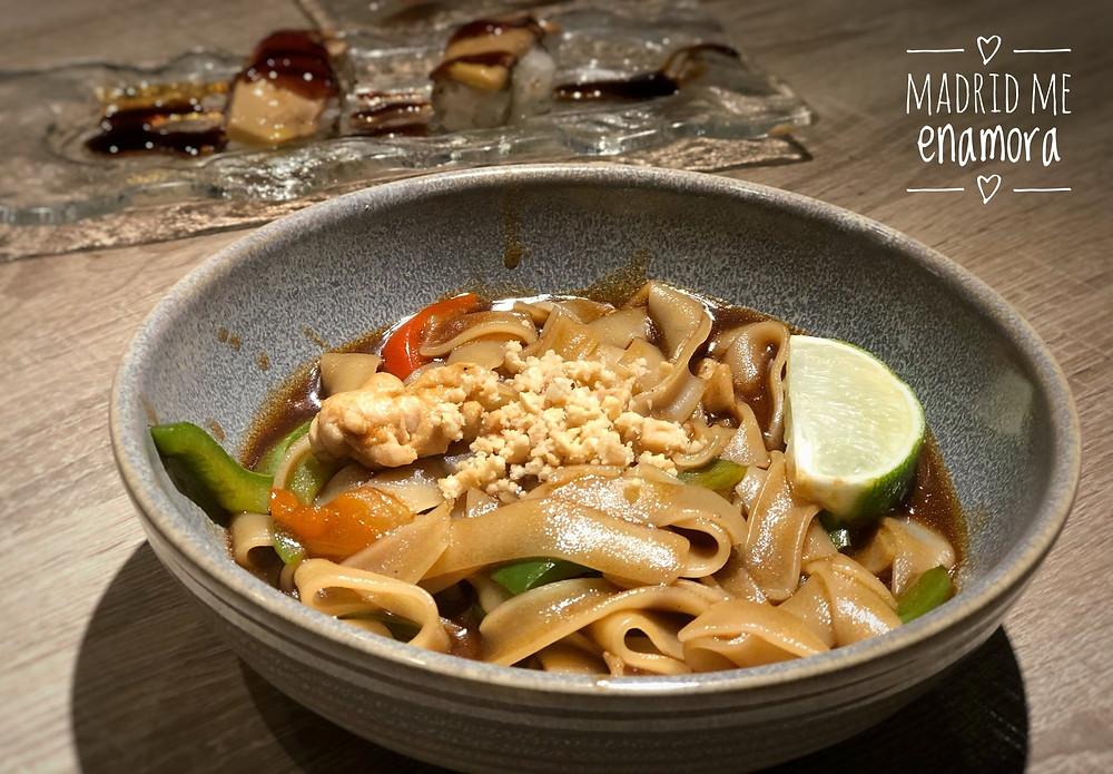 Pad Thai con pollo, verduras, gambas y cacahuete molido.