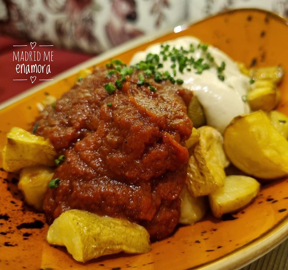 Las patatas muy bravas son un imprescindible en Zest Almagro.