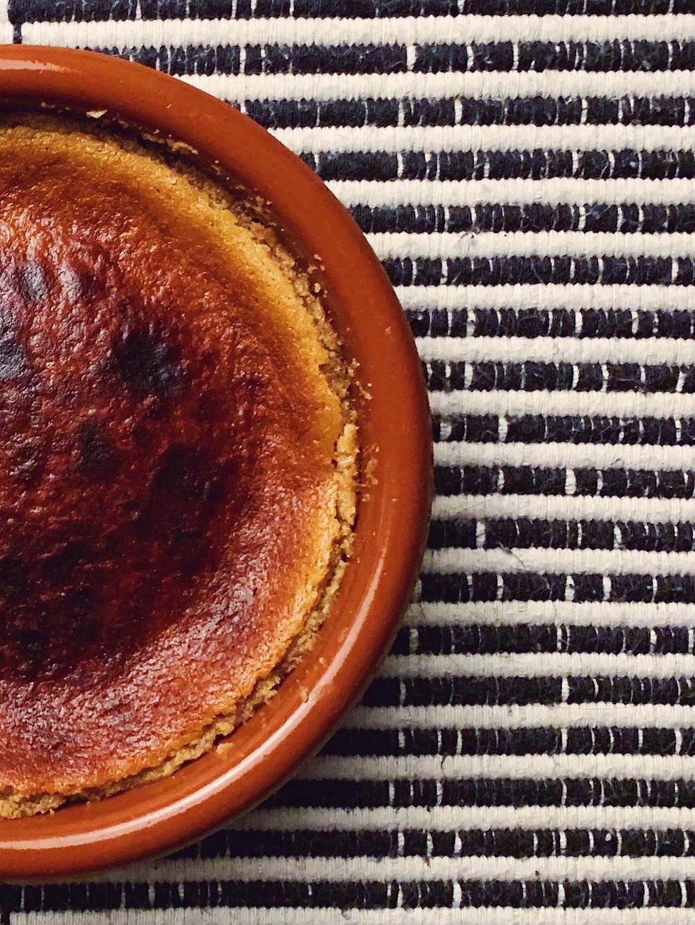 Halvás es un turrón girego a base de semillas de sésamo, con galletas, limón, mantequilla y leche al horno.