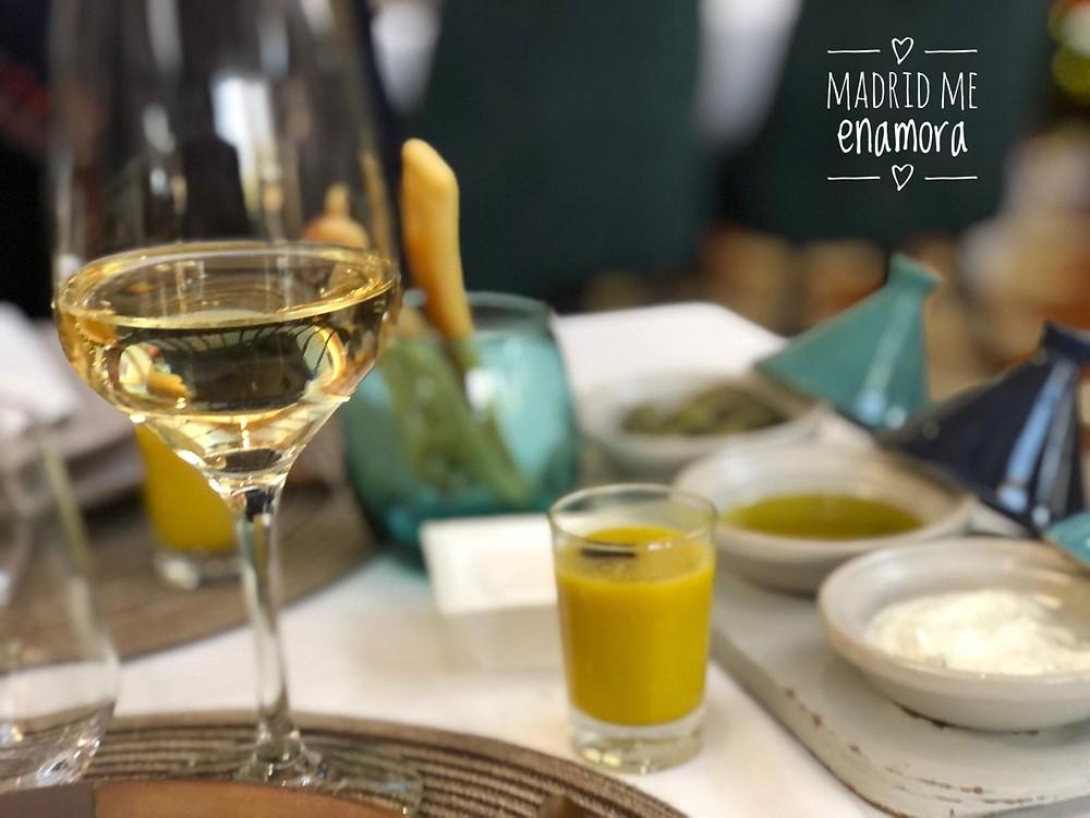 Elegante decoración de la mesa con su aperitivo de bienvenida.