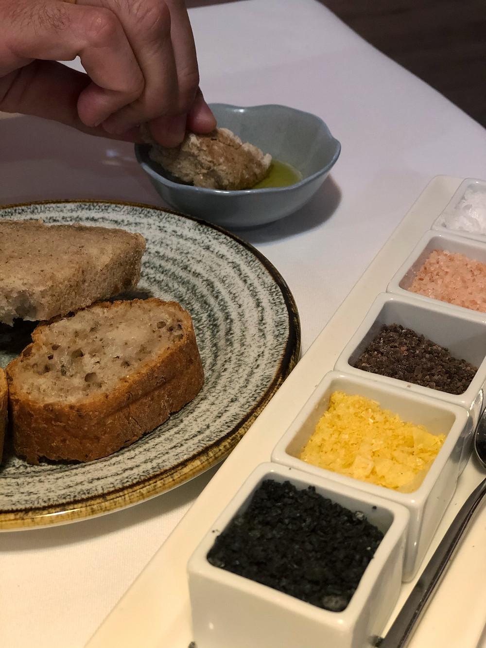 Pan con AOVE y una variedad de sales.