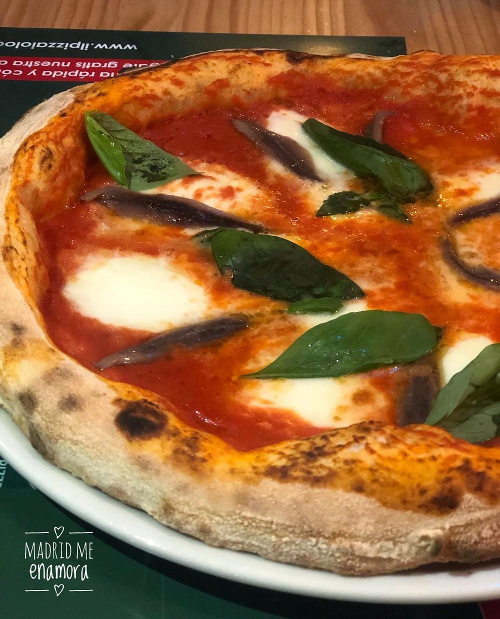 Pizza Romana, con tomate, mozzarella, anchoas y albahaca.