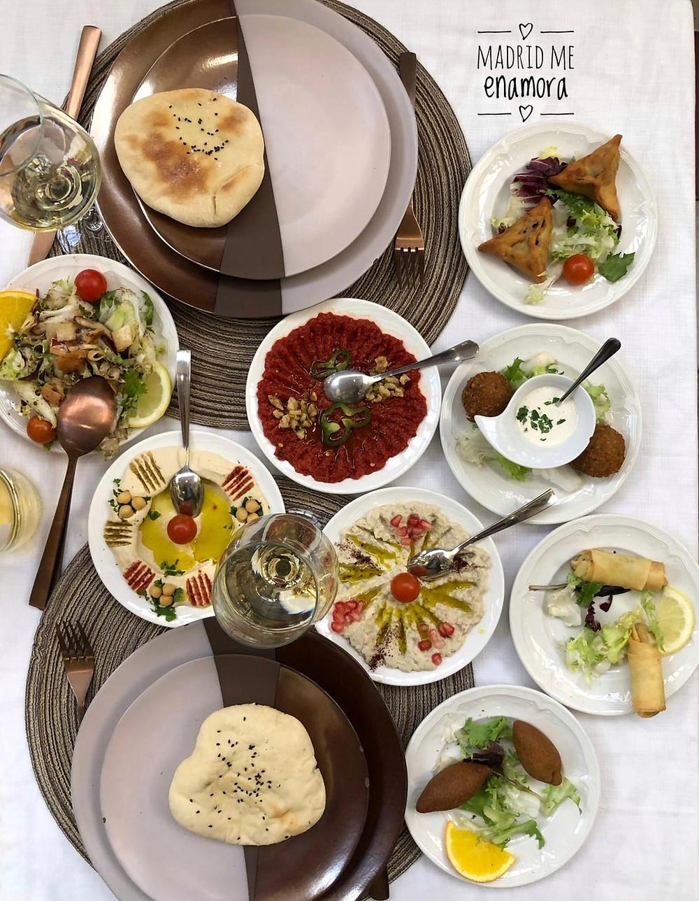 Los entrantes para compartir son cuatro platos fríos y cuatro calientes.
