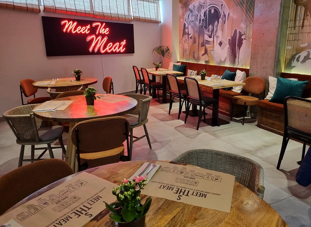 Alexs BBQ es un lugar acogedor y divertido, inspirado en el Meatpacking District de Nueva York.