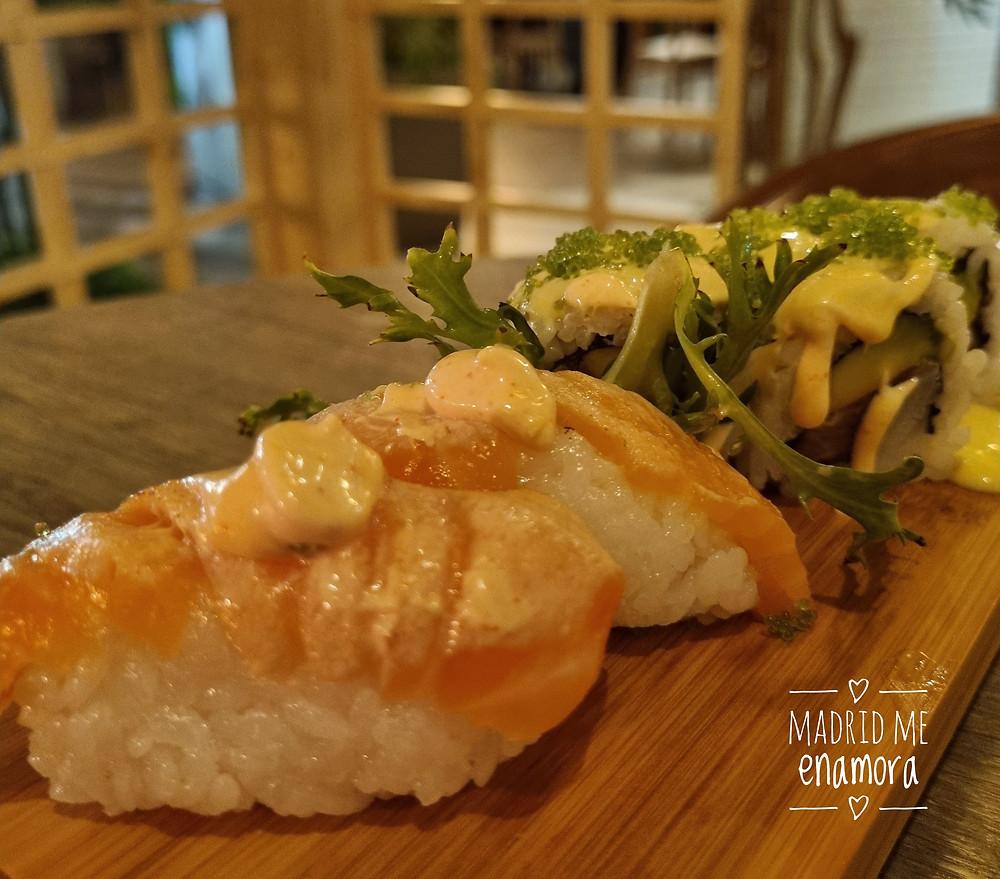El nigiri de salmón flambeado es uno de nuestros favoritos.