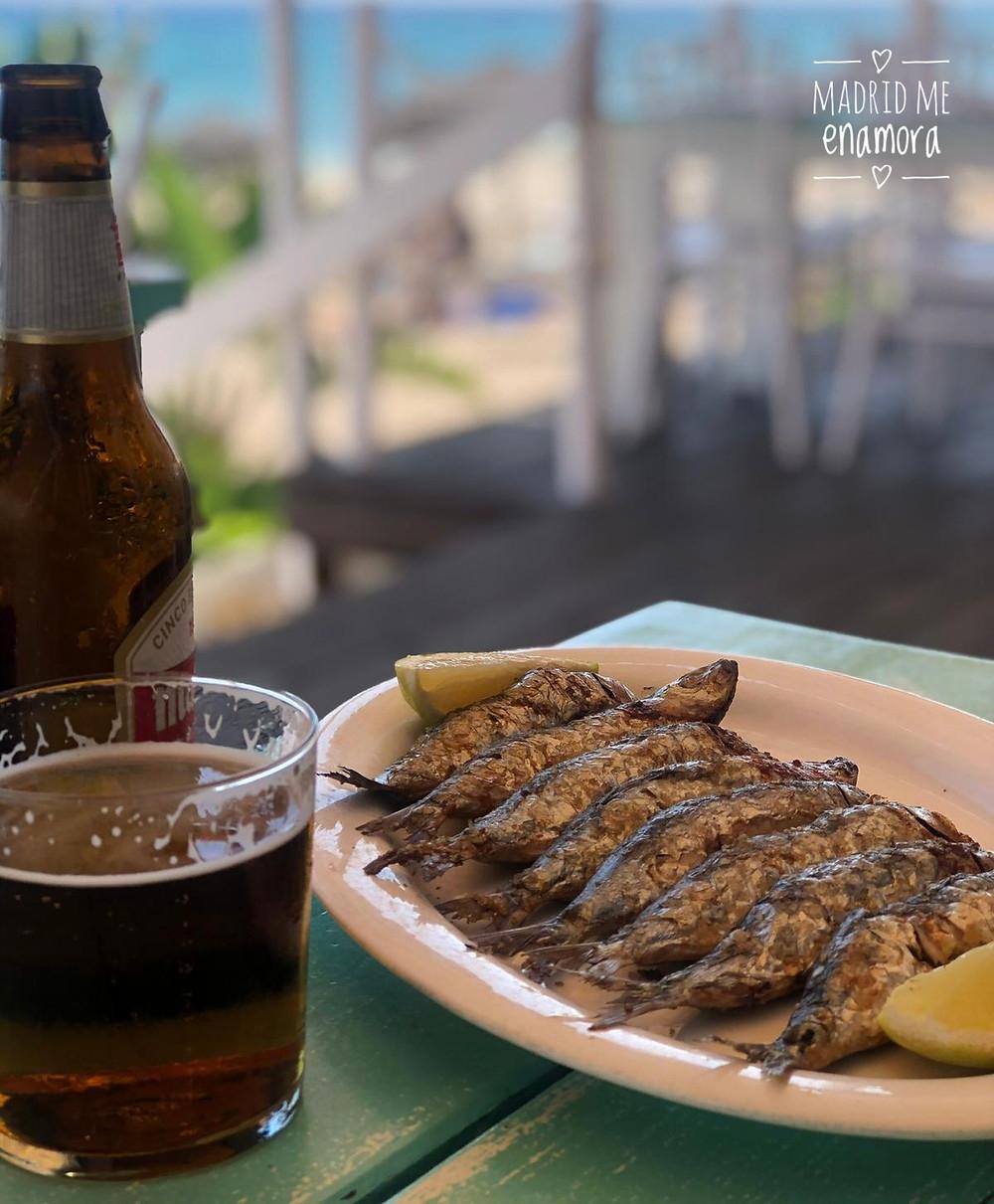 Unas sardinas con una cerveza bien fría a pie de playa es un plan insuperable.