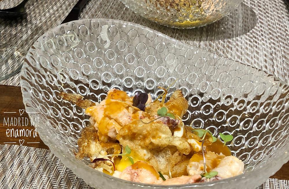bogavante con huevos fritos de corral, patatas chafadas y salsa de coral thai.