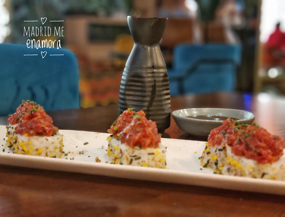 Maki Spicy Tuna con furikake y topping de atún.