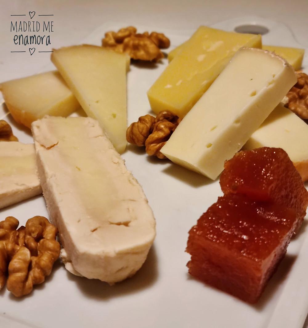 Media tabla de quesos con nueces y membrillo.