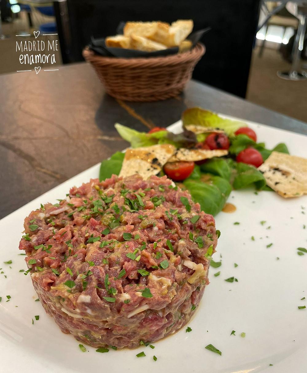 En Gastrovía 61 preparan el steak tartar en tu propia mesa.