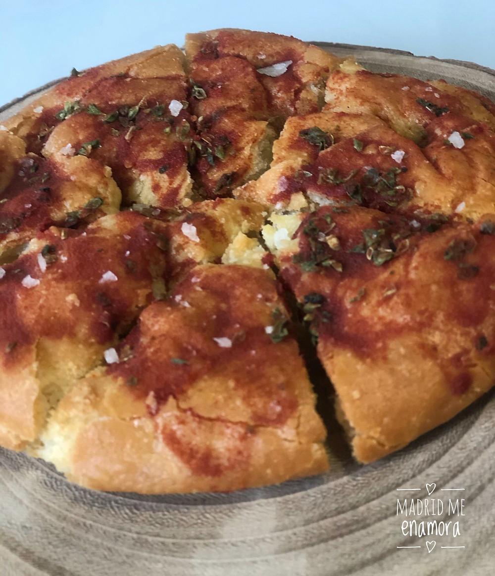 Torta de pan de aceite de oliva arbequina con polvo de tomate y orégano.