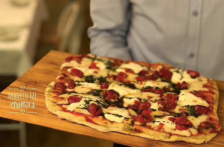 Pizza margarita a la parrilla, con una deliciosa masa fina y crujiente.