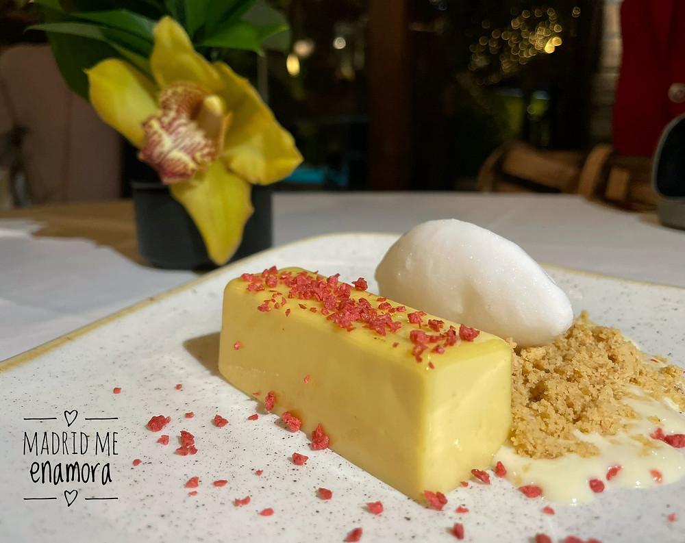 Cremoso de coco y maracuyá con crumble y helado de limón.