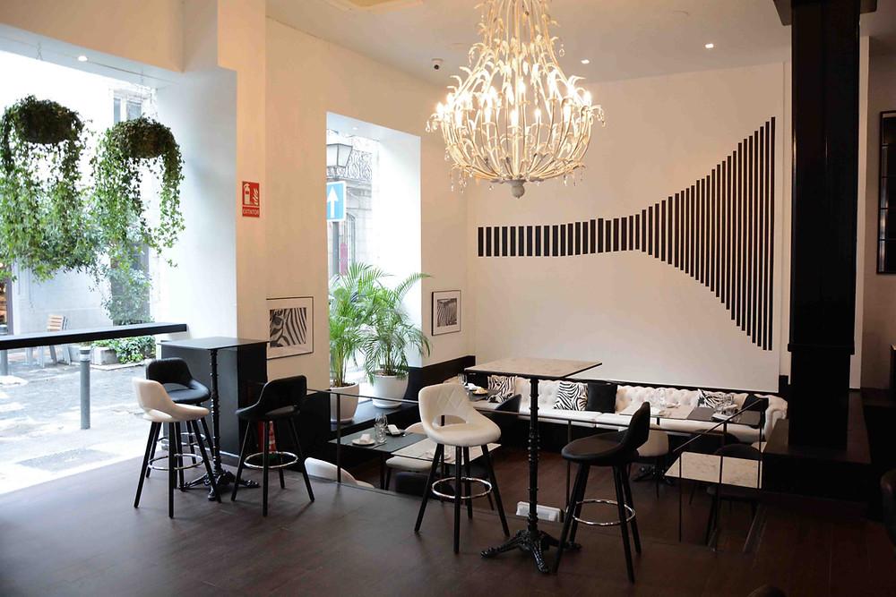 La decoración minimalista con predominio del blanco y el negro marcan el interiorismo de En Recoletos.