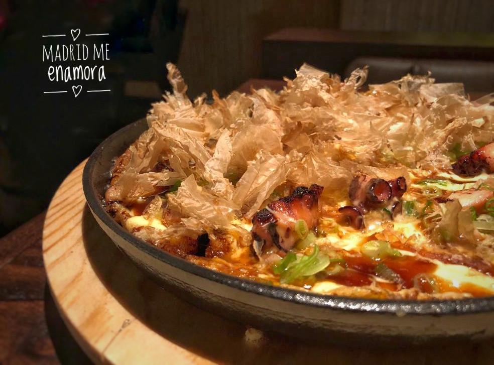 El okonomi omelette es un plato que sorprende.