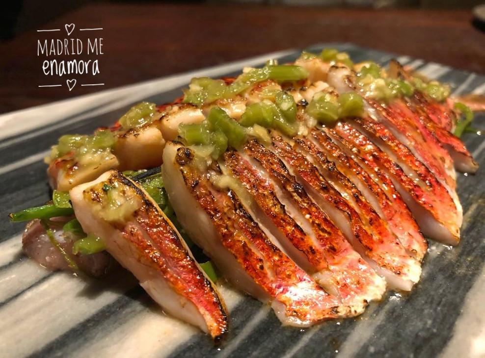 Tataki de salmonete con tirabeques al wok, salsa ponzu y hojas de wasabi.