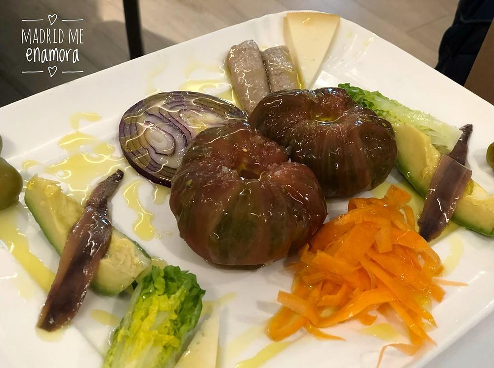 La ensalada de tomate, ventresca, anchoa y aguacate de Materia Prima.