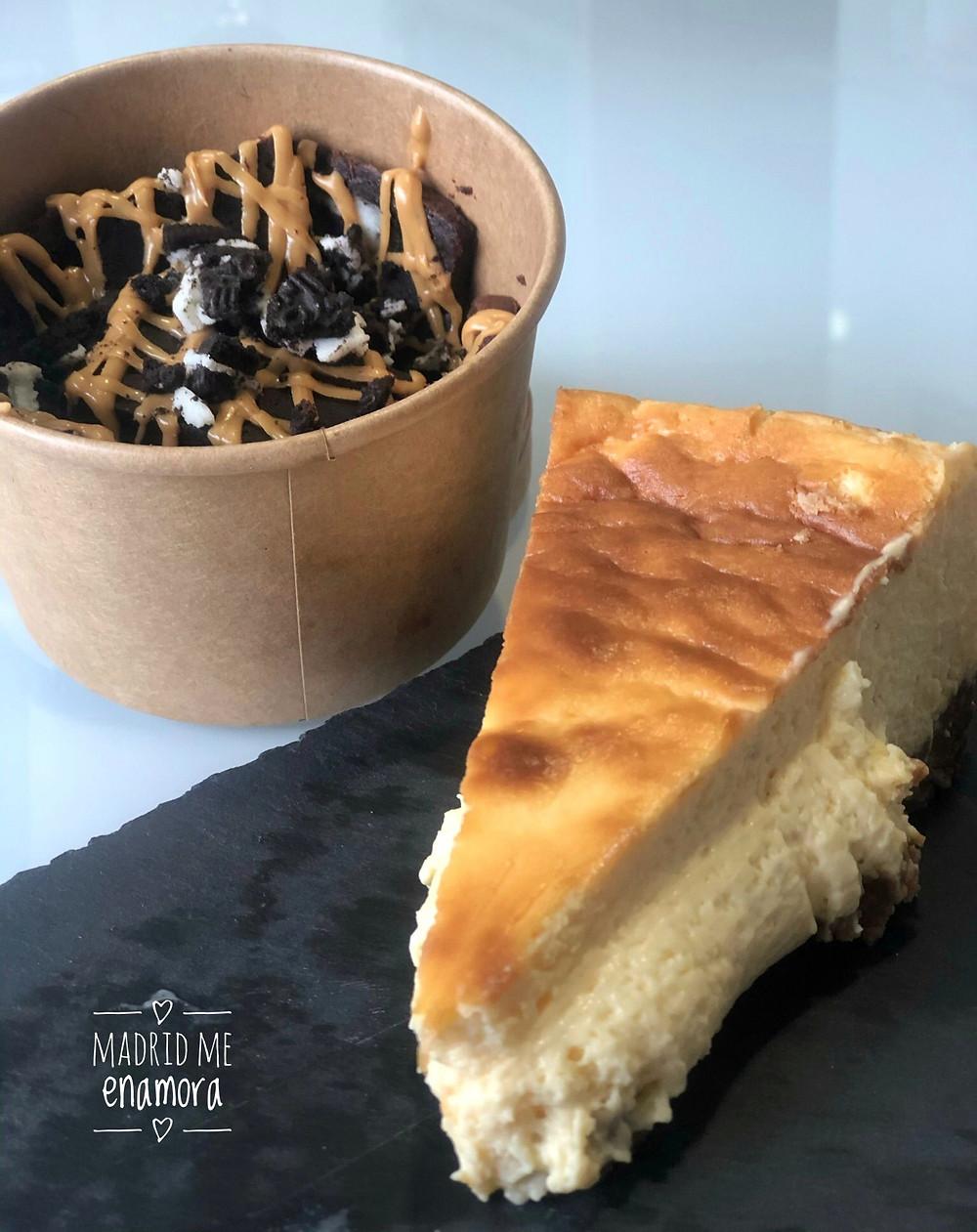 Brownie de chocolate con oreo y crema de cacahuete y tarta cremosa de queso y calabaza.
