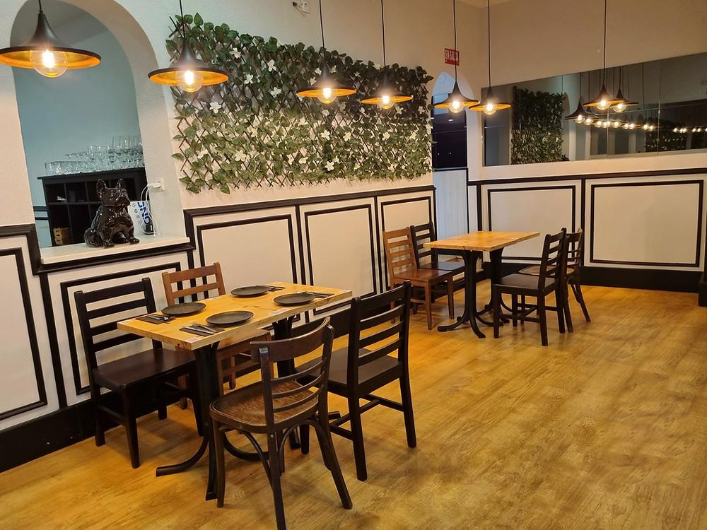 Interior del restaurante El Santiamén.
