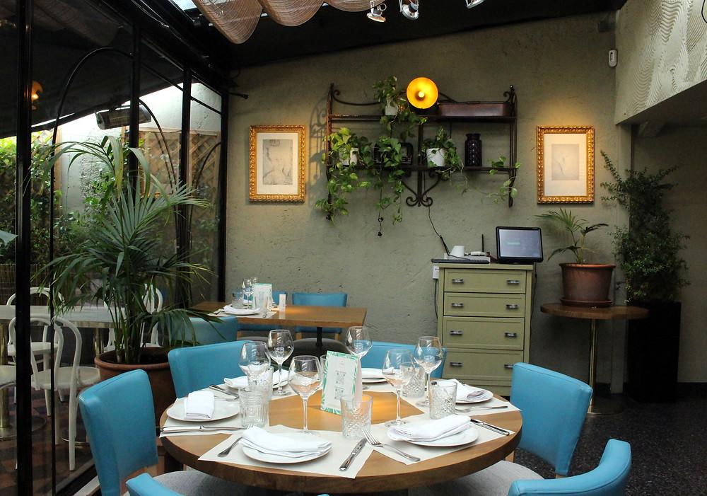 El interiorismo de Taberna Los Gallos es elegante y acogedor.