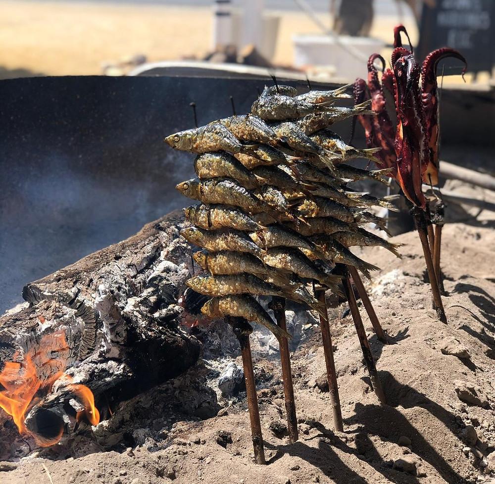 Los espetos de sardina y pulpo son muy típicos en la costa de Almería.