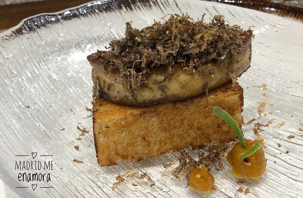 Brioche con foie fresco y trufa negra rallada.