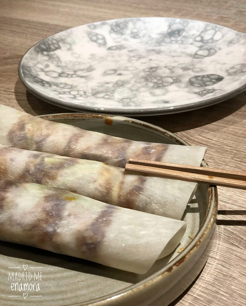 Crêpes de pato asado con cebollino, pepino y salsa hoisin.