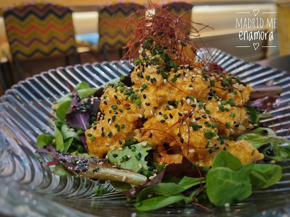 Langostino tigre negro en tempura con salsa Nakama.