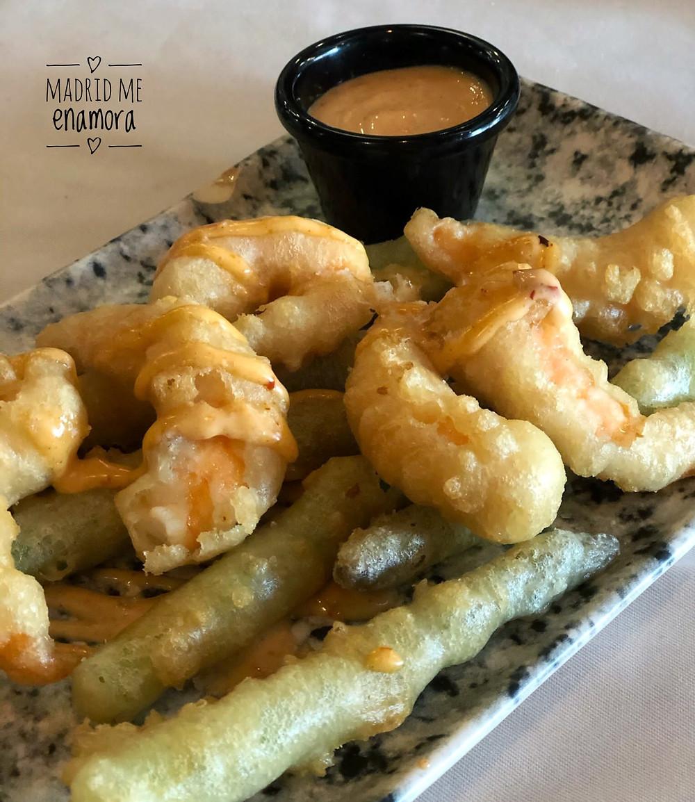 Langostinos y trigueros en crujiente tempura con salsa kimchi.