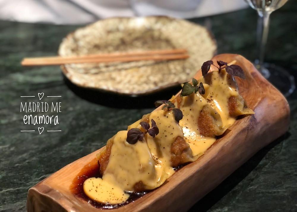 Truffled mushroom dumplings Hongos Maitake, demiglass de res, crema trufada.