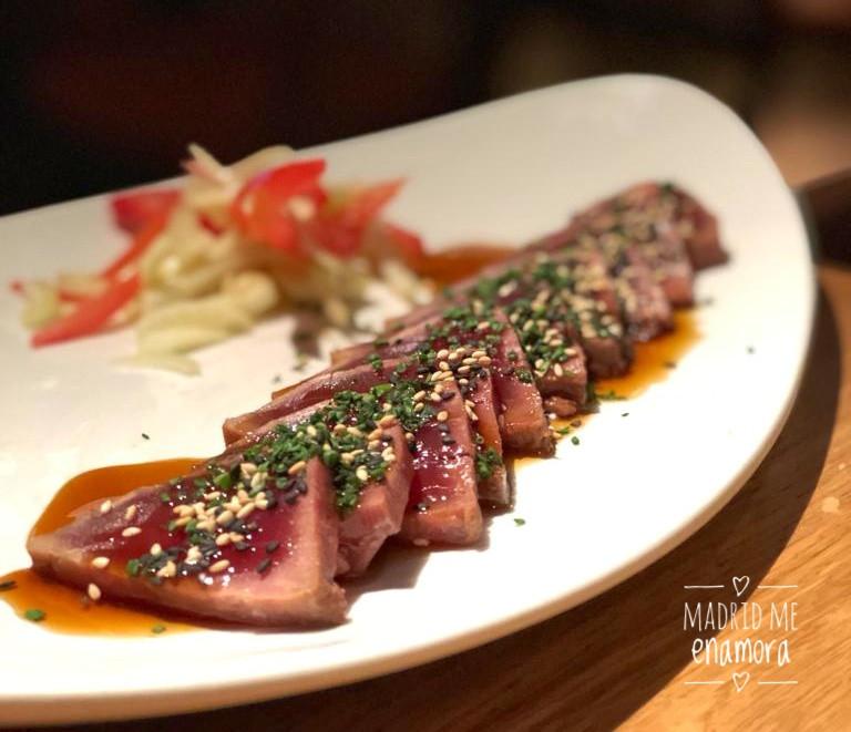 Tataki de atún con salsa teriyaki.