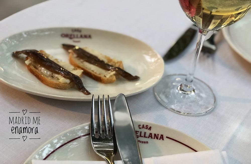 Nosotros comenzamos con unas anchoas con mantequilla de caserío.