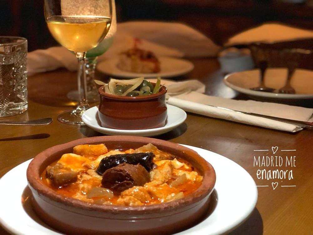 En Malacatín puedes comer una de las mejores raciones de callos de Madrid.
