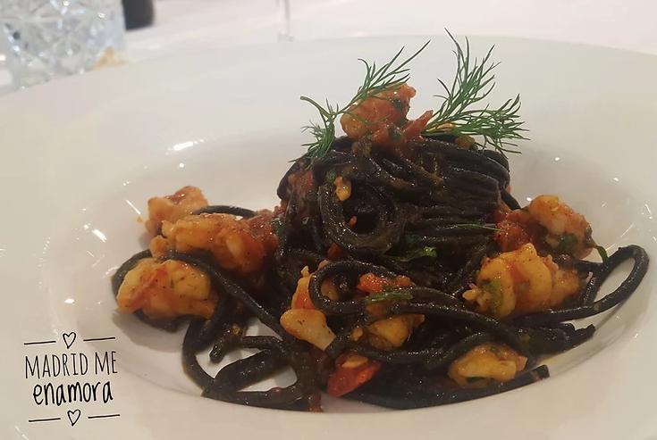 Spaghetti negros con langostinos y tomate cherry.