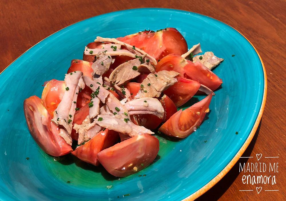 Ensalada de tomate azul y ventresca.