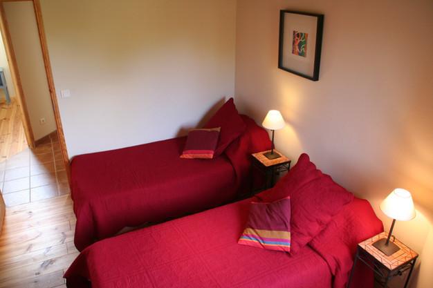 Chambre avec 2 lits simples et un lit double sur mezzanine