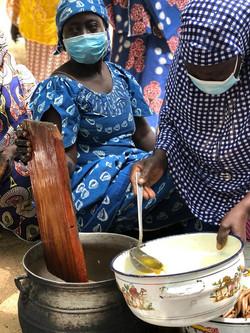 Etape de transformation d'huile d'arachide (Maoudine, Cameroun)