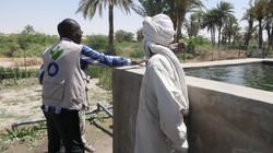 Un membre d'équipe et un bénéficiaire devant un site de Nguéléa (Tchad)