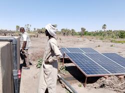 Installation de panneaux solaires à Ngolio (canton de Nguéléa, Tchad) © ACF