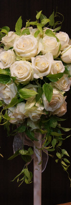 初々しい花嫁を純白の花とグリーンで祝う