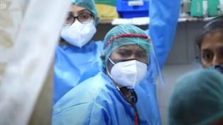 Ấn Độ chứng kiến ngày kinh hoàng nhất từ đầu đại dịch, dân đổ xô đi tiêm vắc-xin