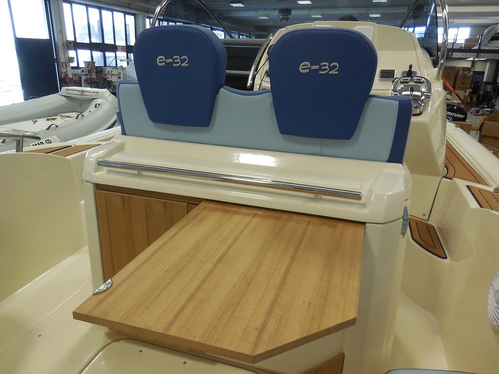 MAR.CO e-motion 32 gommone cabinato 9 98 metri tavolino