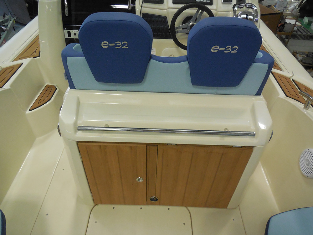 MAR.CO e-motion 32 cabin rib 9 98 meters bench seat table sink gas stove fridge