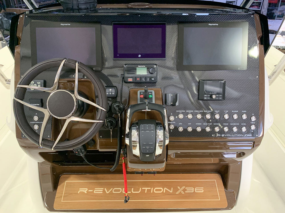 console di guida mar.co personalizzata con volante gussi
