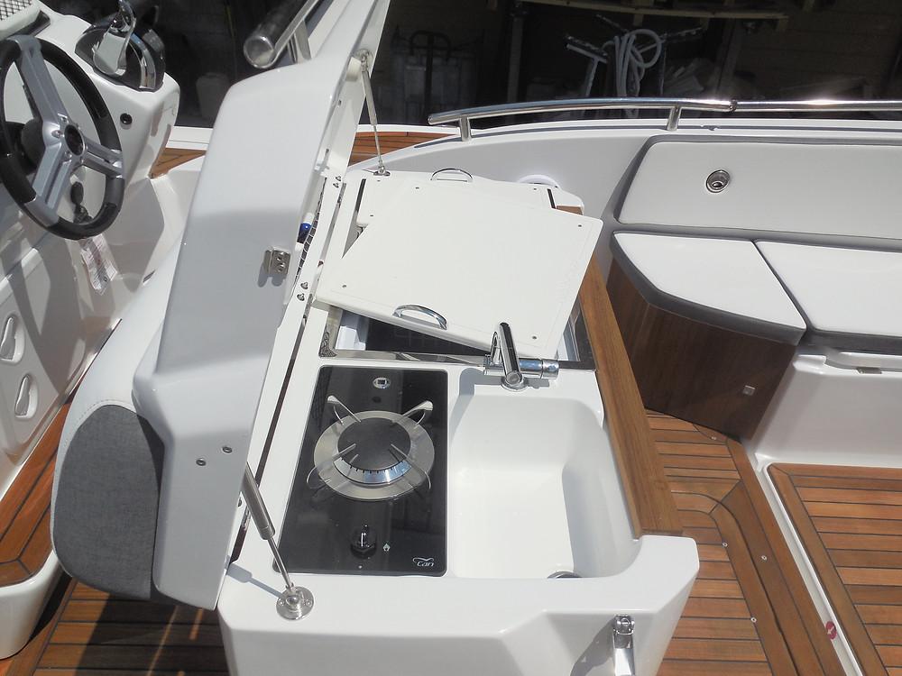 MAR.CO e-motion 32 gommone cabinato 9,98 metri cucina fornello piano cottura lavandino frigorifero