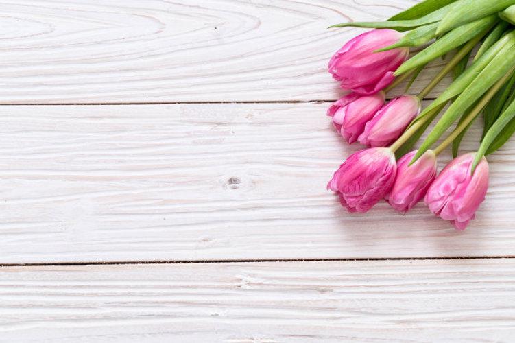 fleur-tulipe-rose-fond-bois_1339-31121.j