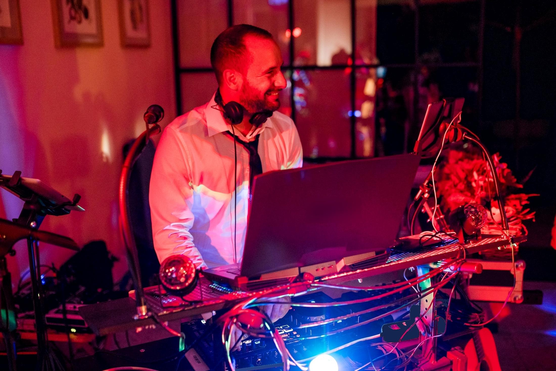 Trauredner, Musiker und DJ? Ja, das geht! Und zwar sehr gut. Und abends geht's dann gut ab.