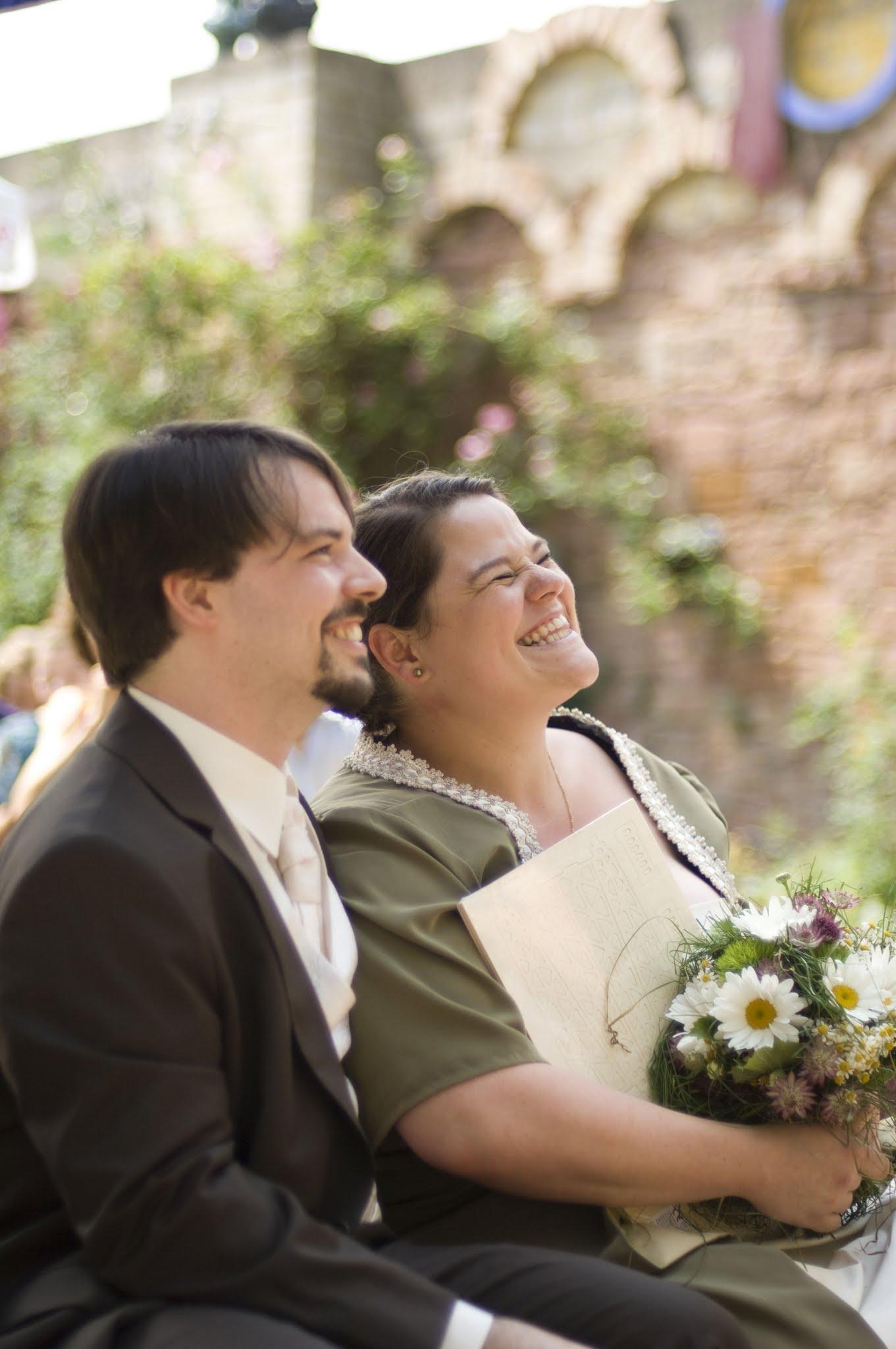 Brautpaar ist happy, Trauredner auch